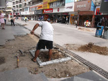 建筑工人在修路 库存图片