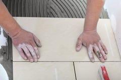 建筑工人在家铺磁砖 免版税库存图片