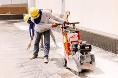 建筑工人在建筑区域削减oncrete 库存照片