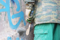 建筑工人审查一个生锈的老花格在一个老房子的曲拱在圣彼德堡在它的恢复前 免版税库存图片