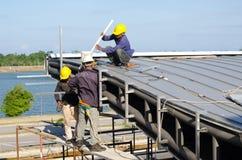 建筑工人屋顶设施 库存图片