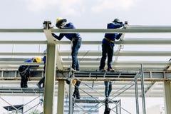 建筑工人是温驯的钢在建筑区域 免版税库存图片