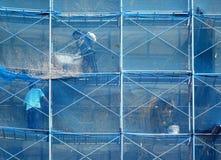 建筑工人高在脚手架 免版税库存照片