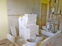 建筑工作在家,设定新的墙壁,卫生间 免版税库存照片