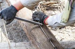 建筑工作的工作者弯曲的钢 免版税库存图片