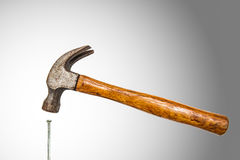 建筑工具、弦槌和具体钉子 免版税库存照片