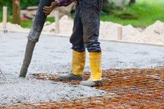 建筑工地倾吐混凝土 免版税库存图片