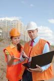 建筑工地的二名工作者 免版税库存照片