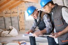 建筑工地的建筑工人 库存图片