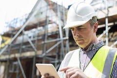 建筑工地的建筑师使用数字式片剂 库存照片