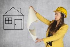 建筑工程师看一个房子计划 图库摄影
