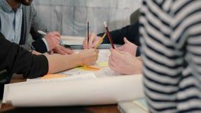 年轻建筑师创造性的小企业的特写镜头手在谈论起始的办公室合作会议新的想法 股票视频