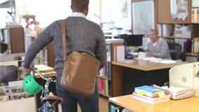 建筑师到达通过同事的办公室和轮子自行车 股票视频