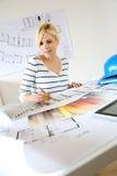 建筑师图画图纸在办公室 免版税库存图片