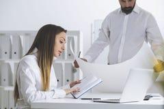 建筑师在一个白色办公室 免版税库存照片
