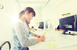 建筑师在图纸的妇女图画在办公室 库存图片
