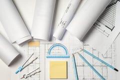 建筑师工作场所-卷和计划 库存图片
