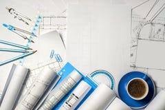 建筑师工作场所-卷和计划 库存照片