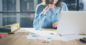 年轻建筑师工作计划 照片妇女与新的起始的项目一起使用在现代顶楼 普通设计笔记本 免版税库存图片