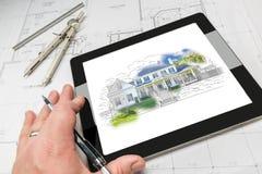 建筑师的手显示家庭例证O的计算机片剂的 免版税图库摄影