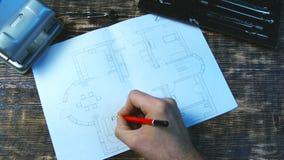 建筑师签署楼面布置图的室 库存照片