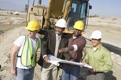 建筑师谈论在建造场所 库存图片