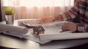 建筑师,研究新房项目的建筑工程师在办公室 股票录像