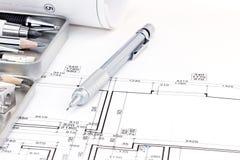 建筑师绘图工具和公寓体系结构计划  免版税库存图片