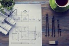建筑师worplace顶视图 建筑项目、图纸、图纸卷和分切器指南针,轮尺 库存图片