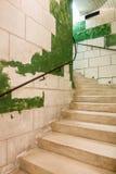 建筑弯曲的楼梯细长立柱石头 库存图片