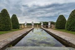 筑成池塘与在末端后面四个罗马法规 免版税库存照片