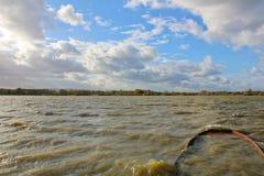 筑成池塘与大波浪凹下去的船和多云天空 捷克横向 库存图片