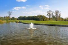 筑成池塘在高尔夫球领域在Mezhyhirya -前总统亚努科维奇前私人住宅  库存图片