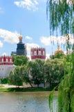 筑成池塘在Novodevichy女修道院的墙壁 莫斯科 免版税库存图片