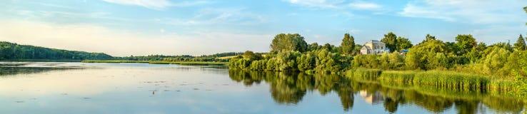 筑成池塘在Vablya河在Glazovo,中央俄国山地的一个典型的村庄 俄罗斯的库尔斯克地区 免版税库存照片