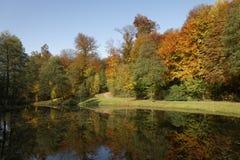筑成池塘风景在秋天,巴德伊堡, Osnabrueck国家,下萨克森州,德国 库存图片