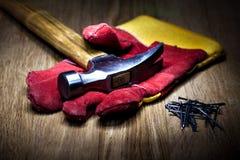 建筑手套和锤子 免版税库存图片