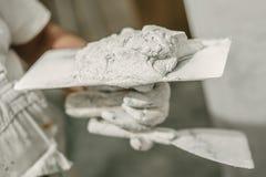 建筑有小铲和灰浆的泥工工作者 库存照片