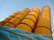 建筑材料的巨大的橙色筒仓 库存图片