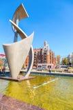 建筑构成和喷泉在城市街道在太阳 免版税图库摄影