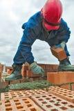 建筑泥工在工作下的工作者瓦工 免版税库存图片