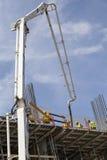 建筑泵浦抽新鲜的混凝土的起重机车 免版税库存图片