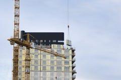 建筑用起重机和大厦与工作者上流 免版税图库摄影