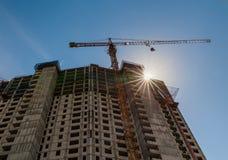 建筑用起重机和大厦反对蓝天 库存图片