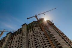 建筑用起重机和大厦反对蓝天 库存照片