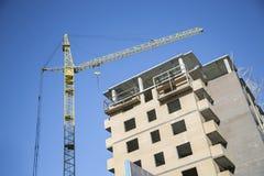 建筑用起重机和大厦反对 免版税库存图片