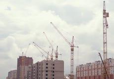 建筑用起重机和大厦反对 免版税库存照片