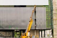 建筑用起重机和大厦引伸零件 免版税库存照片