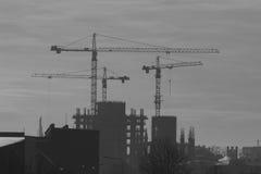 建筑用起重机和大厦 免版税库存图片