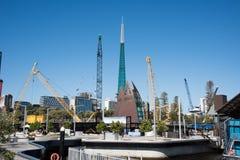 建筑用起重机和天鹅钟楼 免版税库存图片